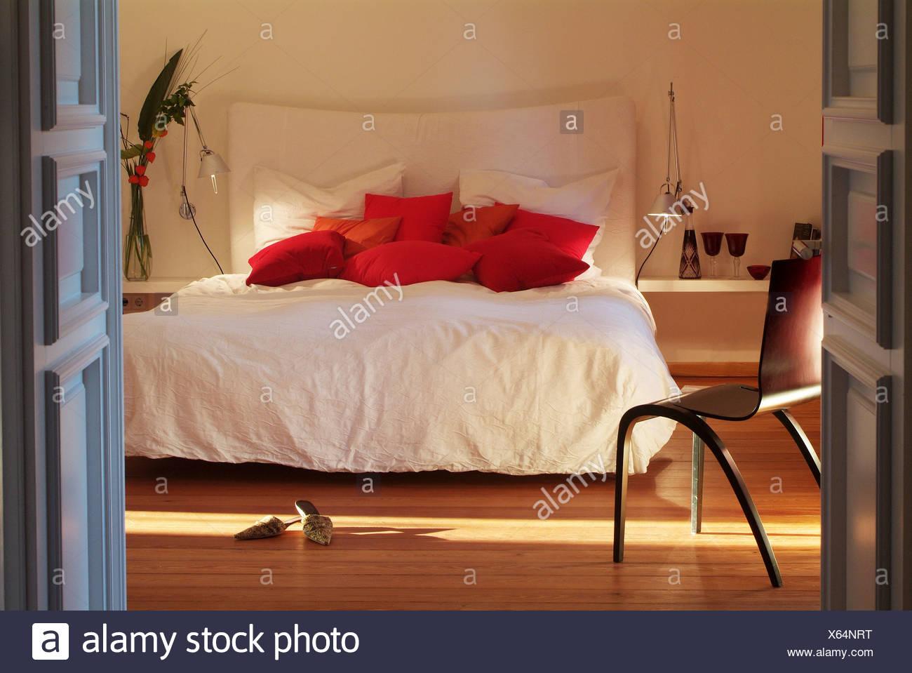 Stilvolle Schlafzimmer   Stilvolle Schlafzimmer Mit Einem Weissen Bett In Anspruchsvollen