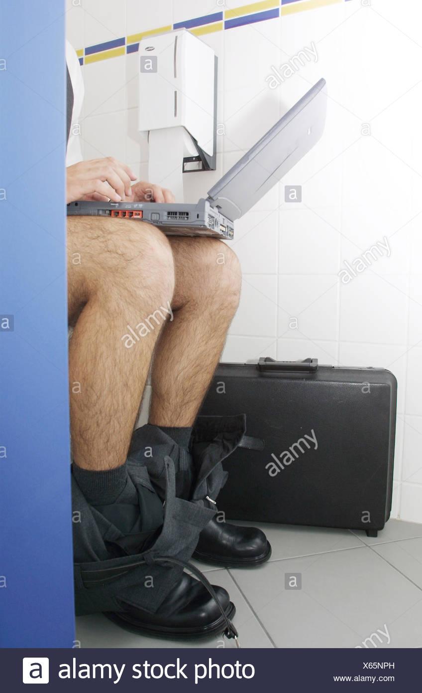 Mann Sitzt Auf Toilette Kacken Und Arbeiten Stockfoto Bild