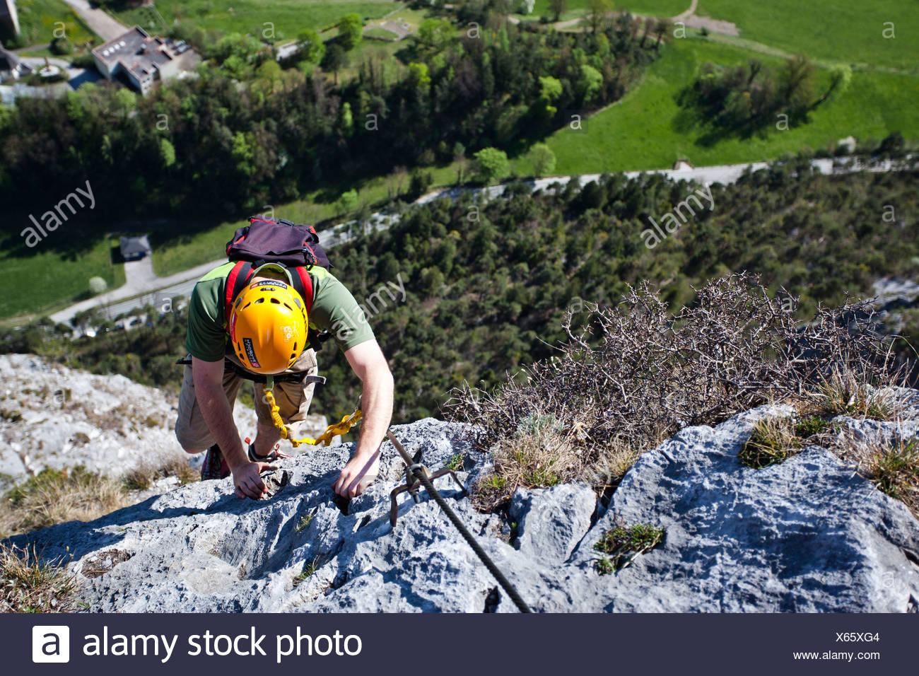 Bergsteiger beim Aufstieg von der Kaiser Maximilian Klettersteig an der Martinswand in der Nähe von Innsbruck, Nord-Tirol, Tirol, Österreich Stockbild