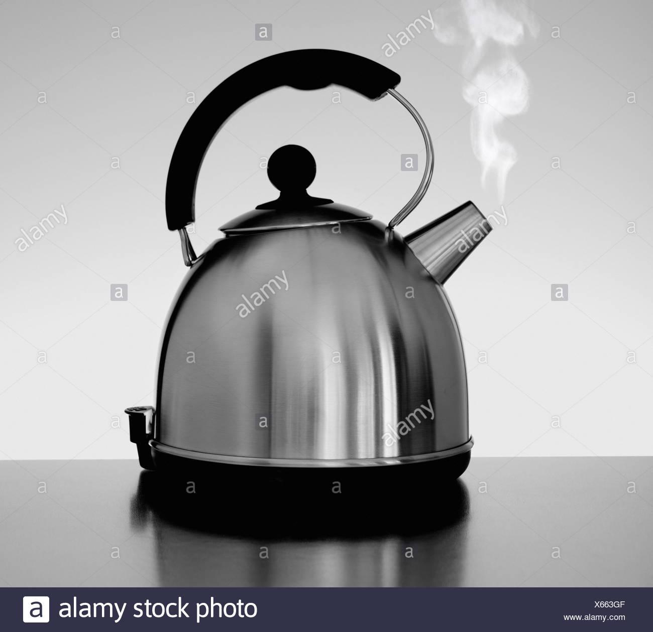 Wasserkocher mit Dampf im Innenbereich Stockbild