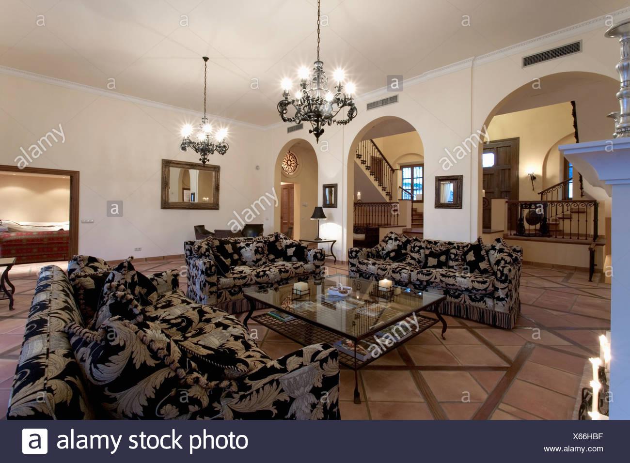 Kronleuchter Weiss Gross ~ Groß gemusterten sofas und couchtisch aus glas im modernen