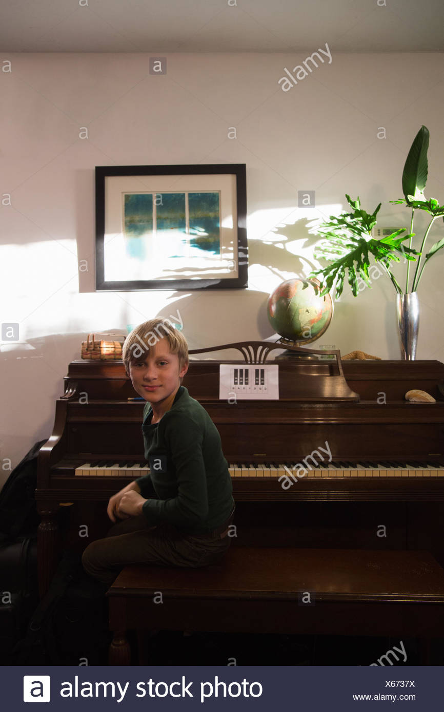 boy piano stockfotos boy piano bilder seite 3 alamy. Black Bedroom Furniture Sets. Home Design Ideas