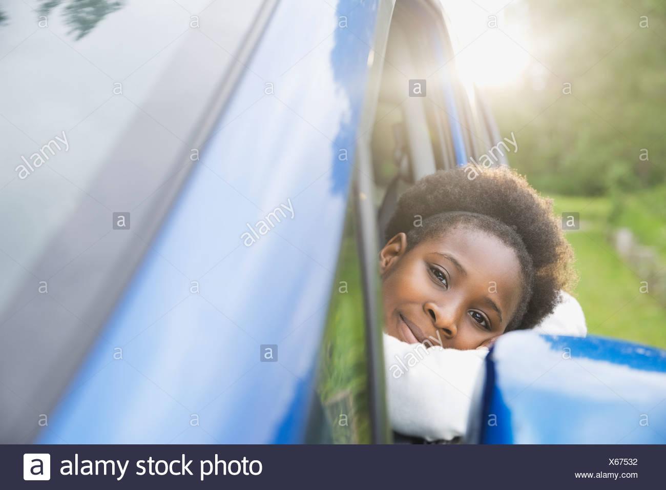 Porträt eines Mädchens aus dem Autofenster Stockbild
