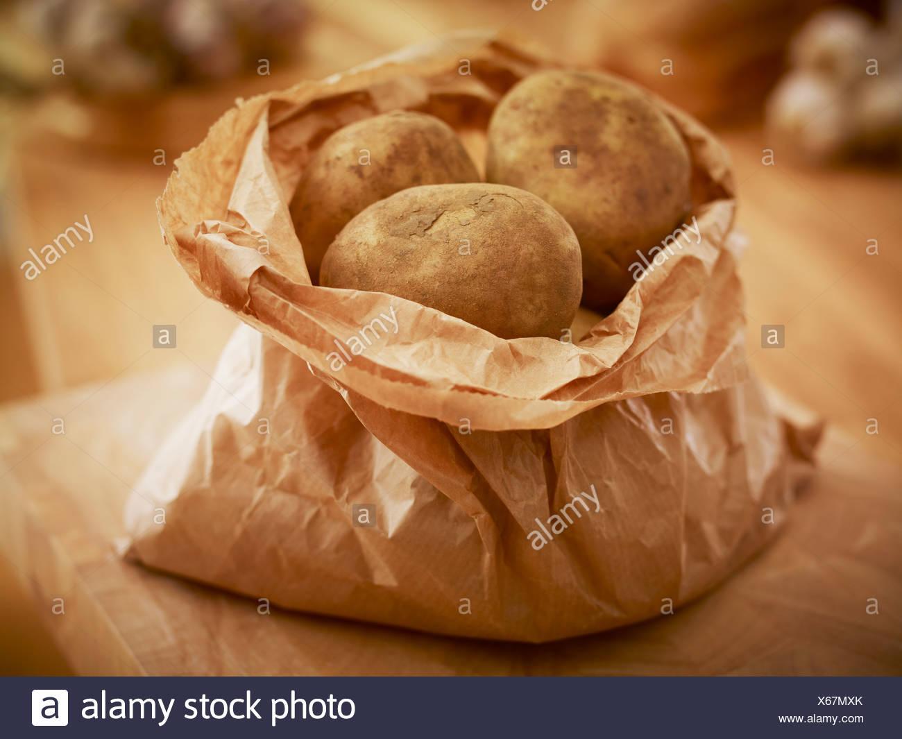Bio-Kartoffeln in Papiertüte Stockbild