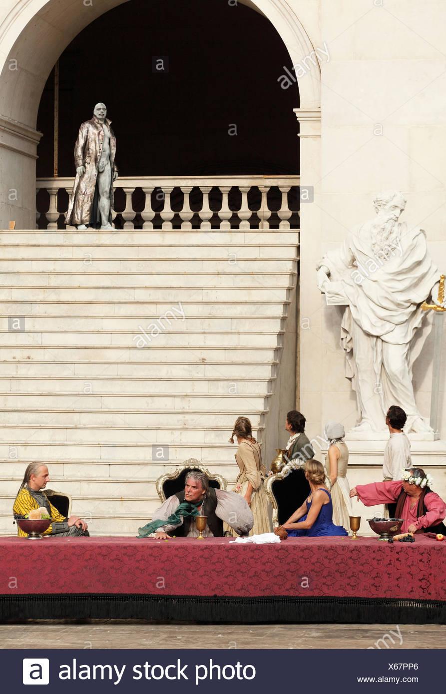 Jedermann, jedermann, 2009, gespielt von Peter Simonischek mit Sophie von Kessel als Everyman, Paramour und Ben Becker als Tod, Stockbild
