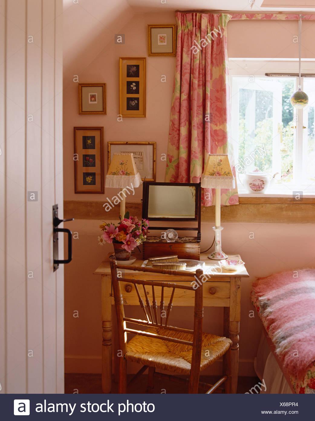 Good Schlafzimmer Tur Offnen #10: Tür Zu öffnen, Zu Rosa Hütte Schlafzimmer Mit Rosa Vorhänge Am Fenster über  Kleine Kiefer Schminktisch Mit Spiegel Und Antiken Stuhl