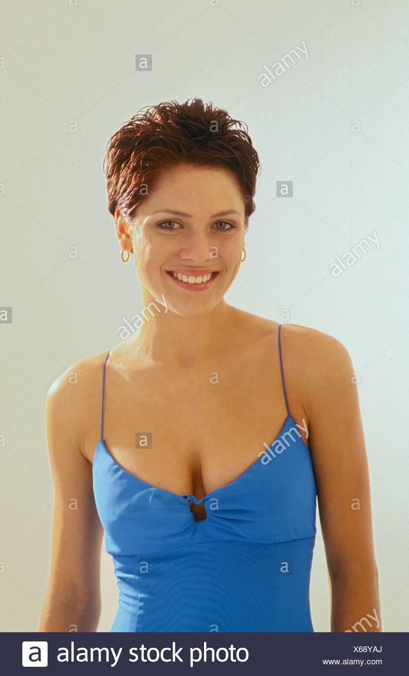 Blaue Ohrringe Lachen Pinafore Dress Rote Haare Kurze Haare Studio