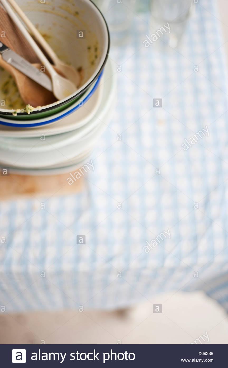 Stapel von schmutzigem Geschirr auf Tisch Stockbild