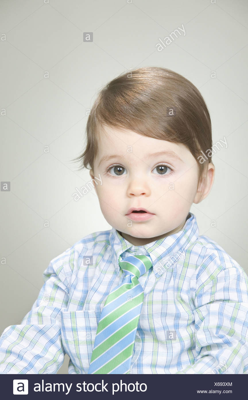 Baby trug ein Hemd und Krawatte Stockbild