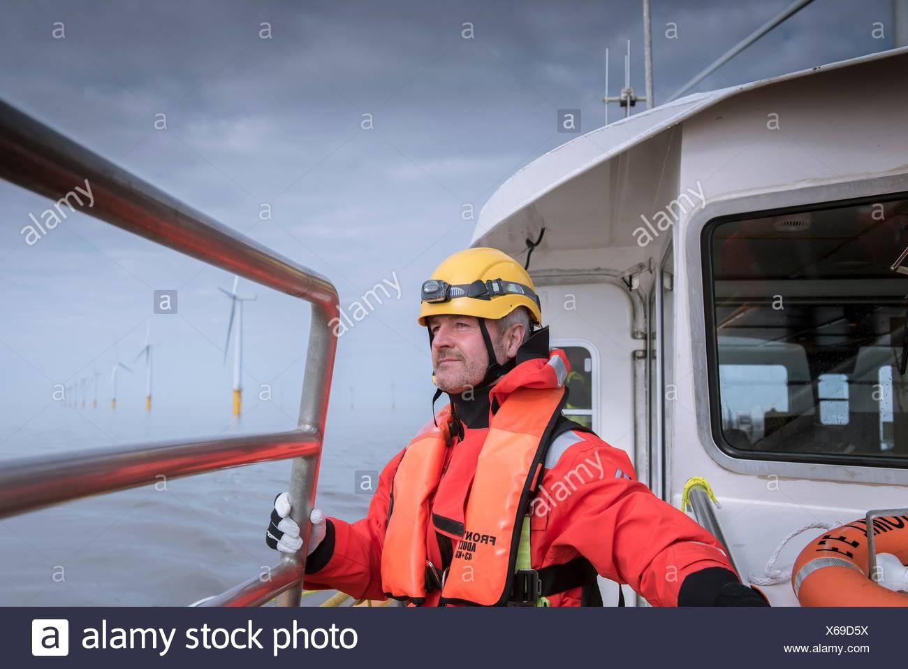 Porträt des Ingenieurs auf Boot am Offshore-Windpark Stockbild