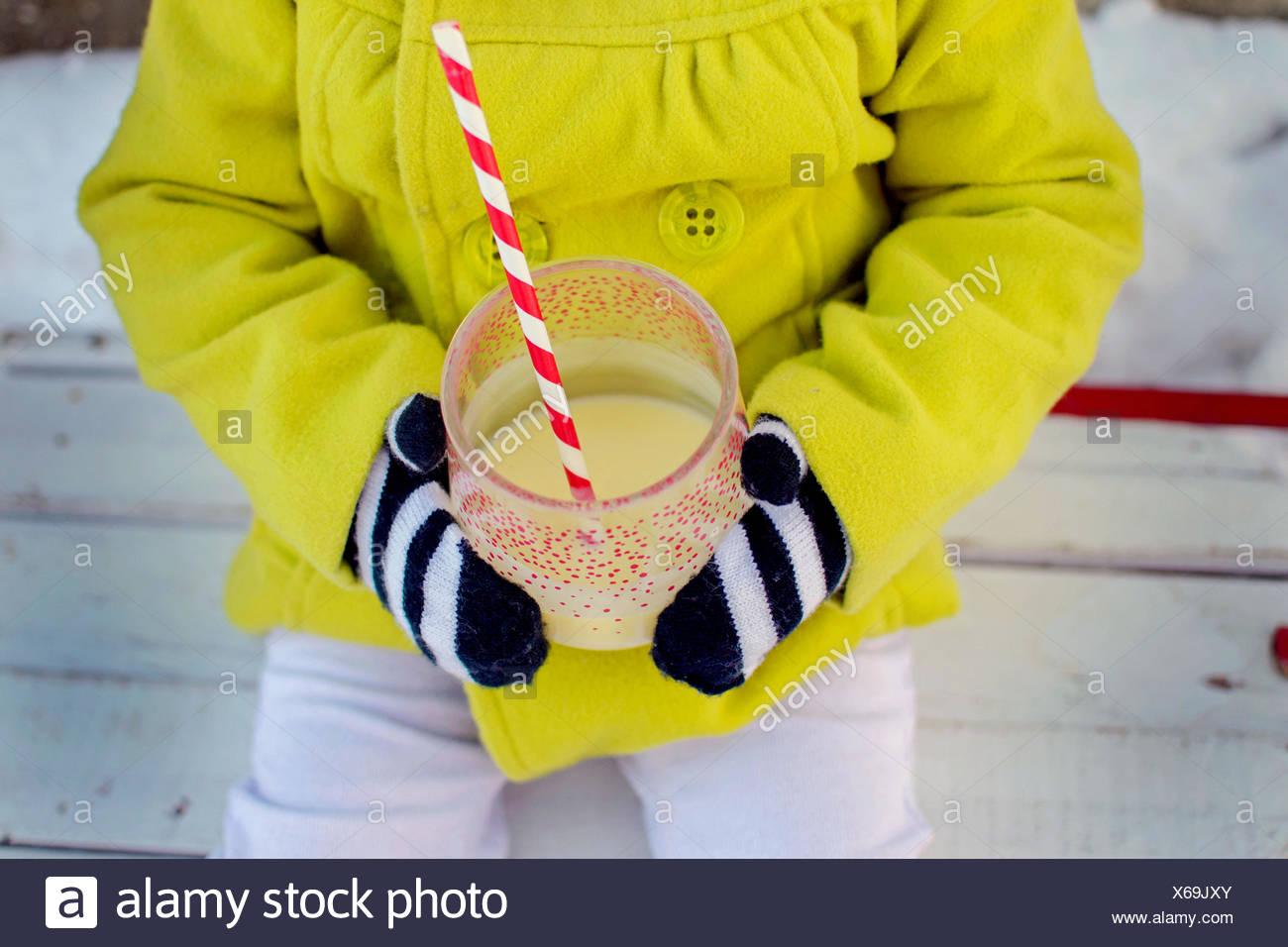 Nahaufnahme eines Mädchens mit einem Getränk Stockbild