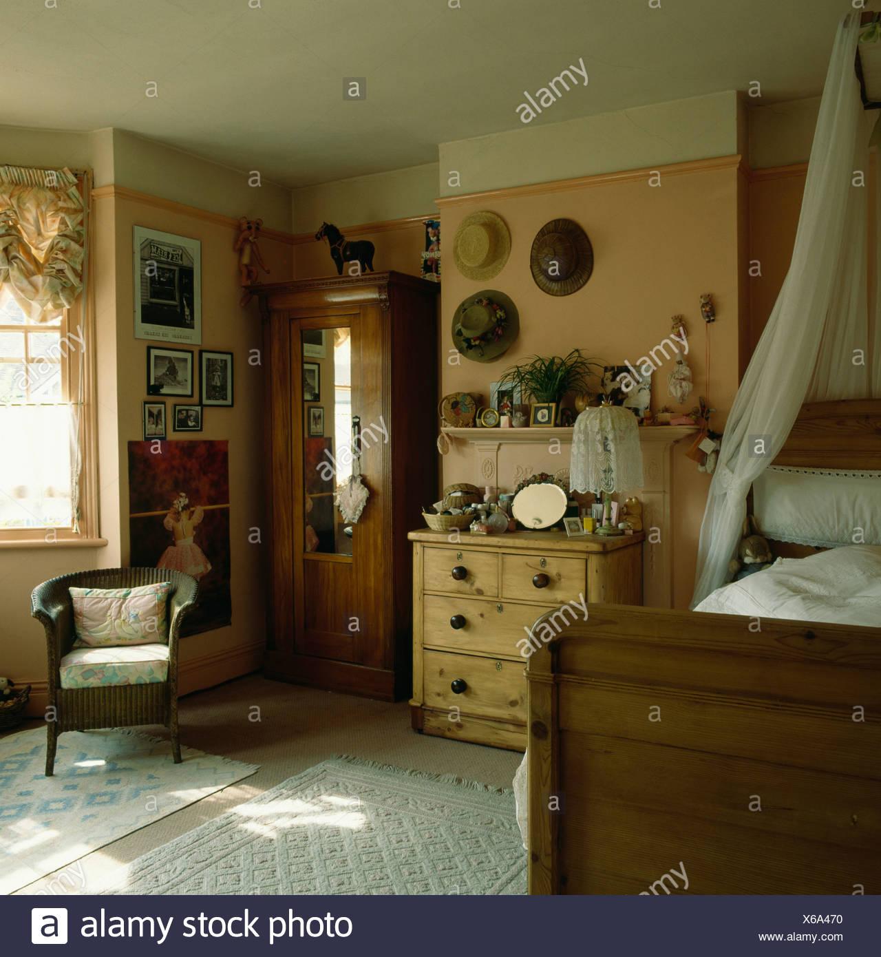 Land Schlafzimmer Mit Voile Vorhange Uber Dem Bett Und Kiefer