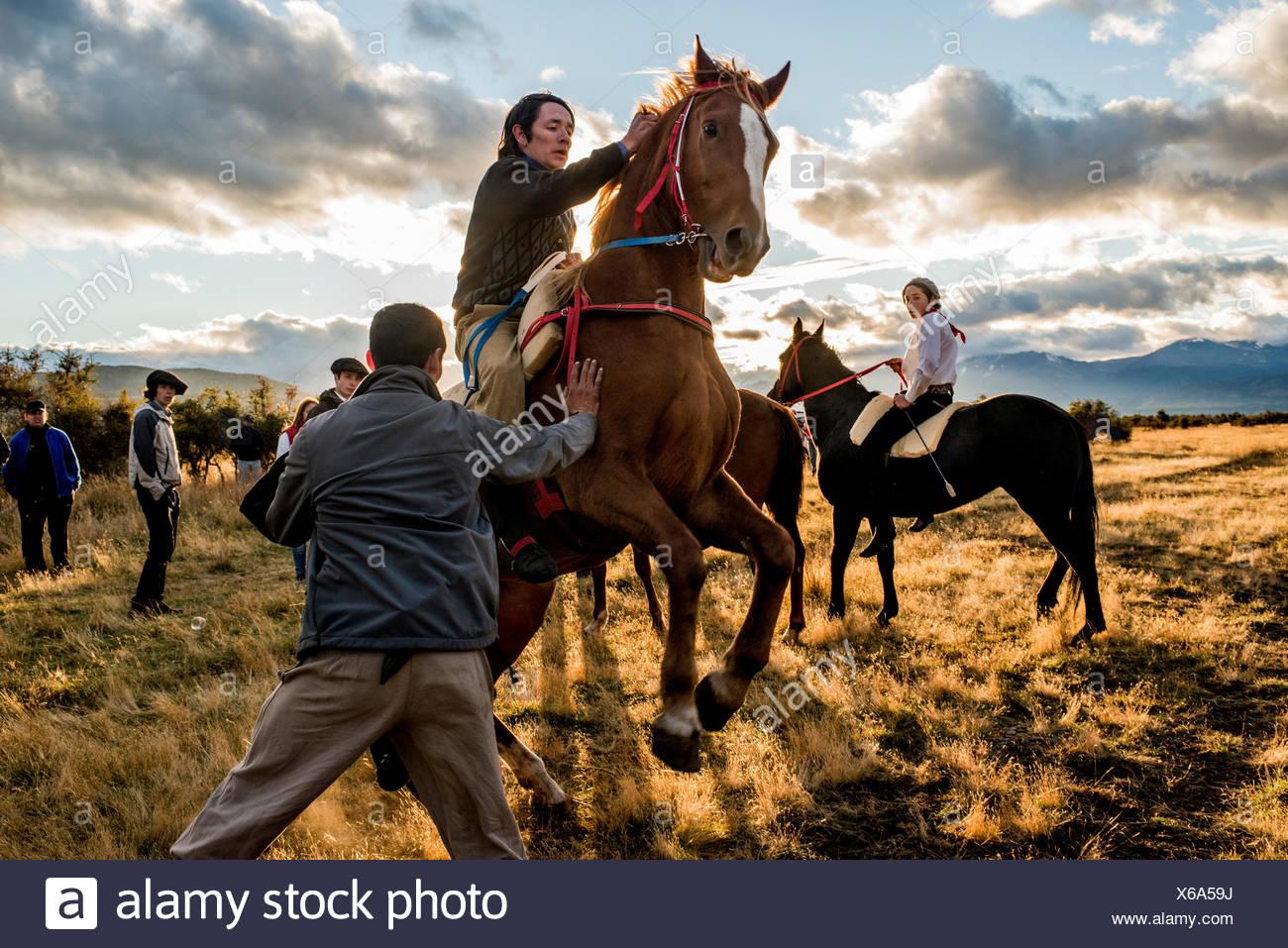 Vorbereitungen für ein Pferderennen während einer Jineteada Festival oder wild Reiten Festival auf einer Ranch. Stockbild