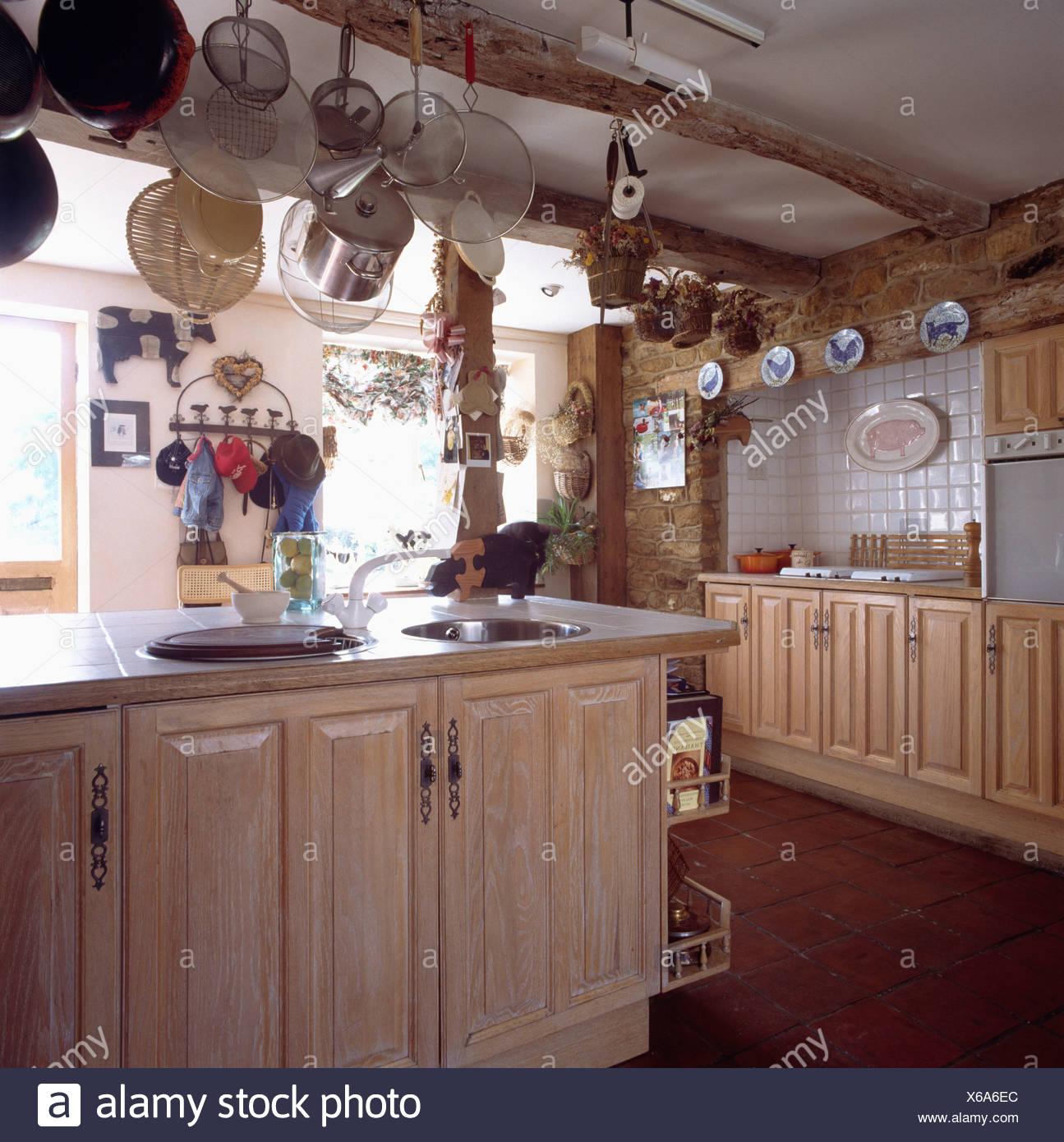 Land-Cottage-Küche mit Holz Einheiten und Pan Rack abgehängte Decke ...