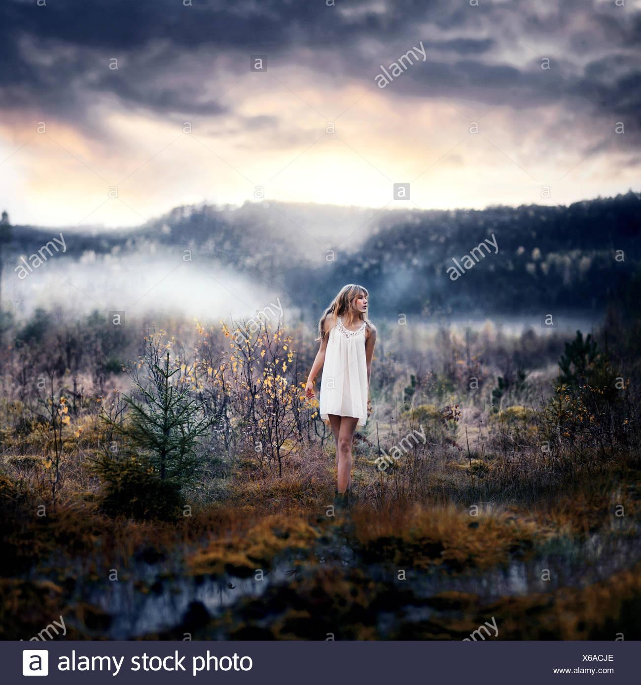Frau im ländlichen Landschaft Stockbild