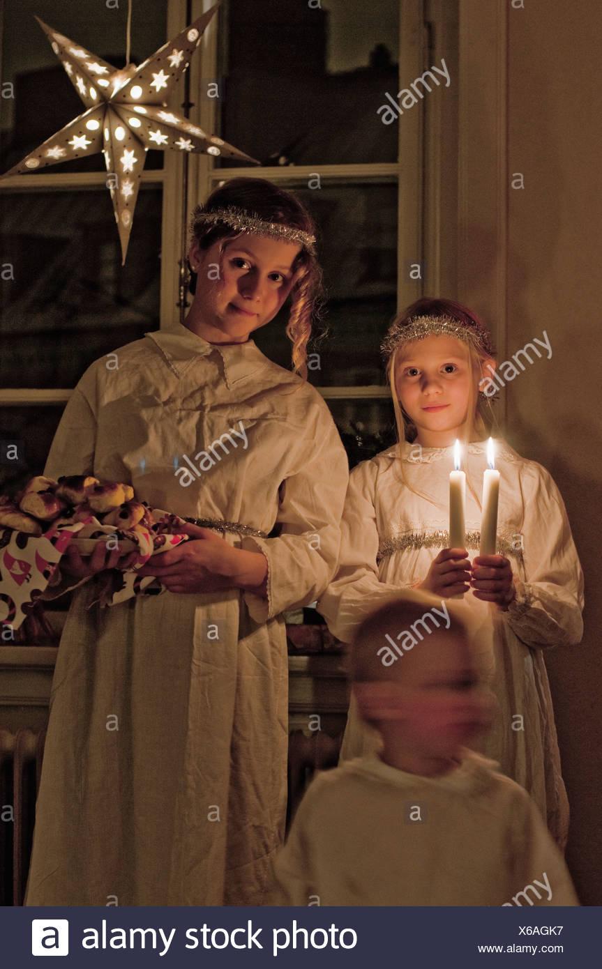 Schwestern gekleidet traditionell mit Kerzen stehen auf St. Lucia-Tag Stockbild