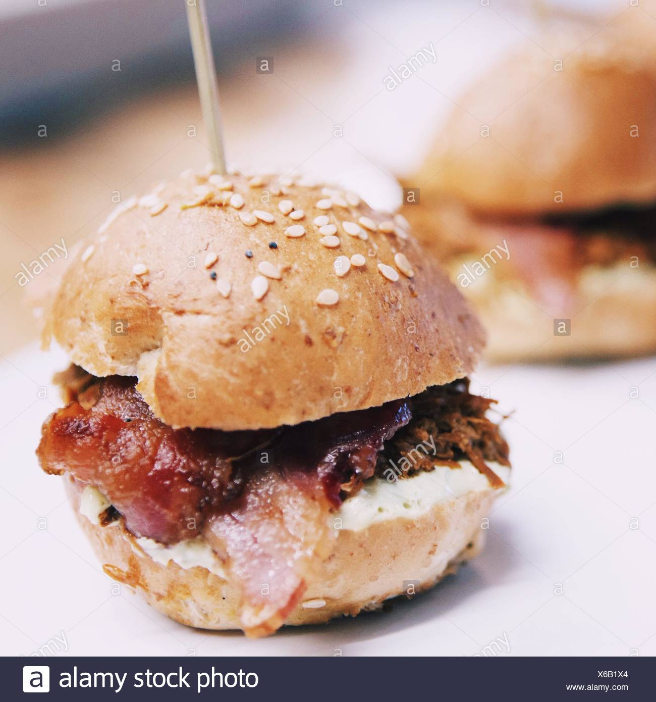 Nahaufnahme der Hamburger am Tisch serviert Stockbild