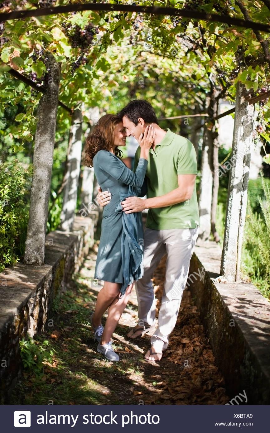 Zwei liebende im grünen Stockfoto