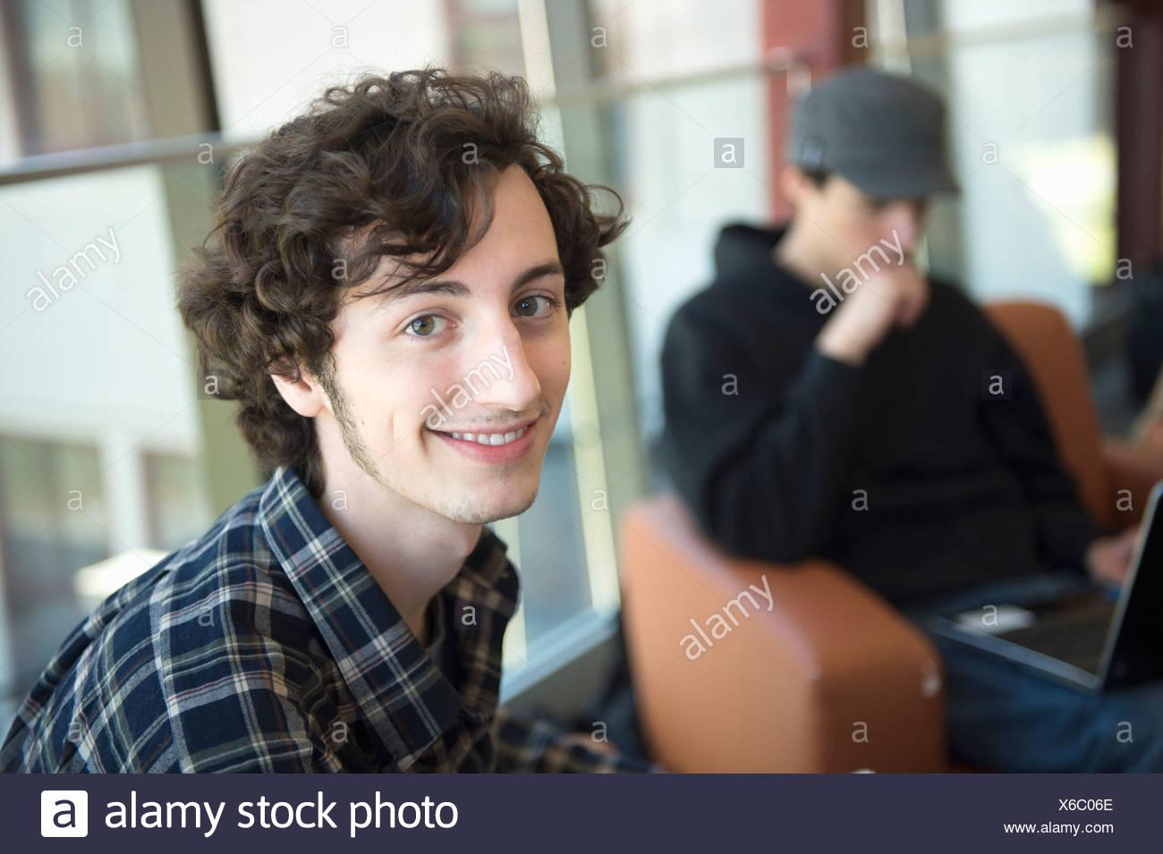 Student mit braunen lockigen Haaren, Porträt Stockbild