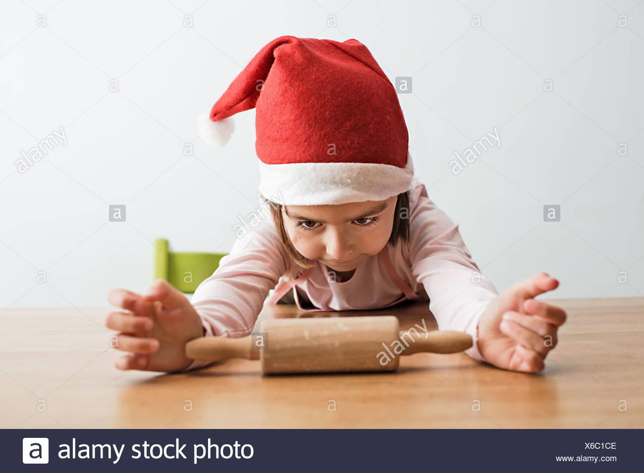 Mädchen starrte Nudelholz Stockbild