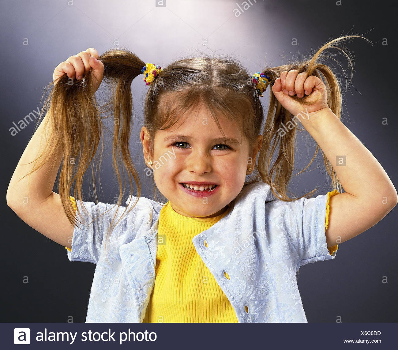 Mädchen Zöpfe Halten Lachen Porträt Kinder Kind Klein Geste
