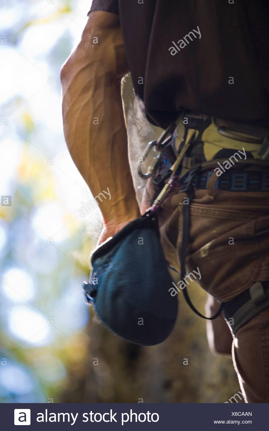 Ein junger Mann Klettern außerhalb von Revelstoke, BC Stockbild