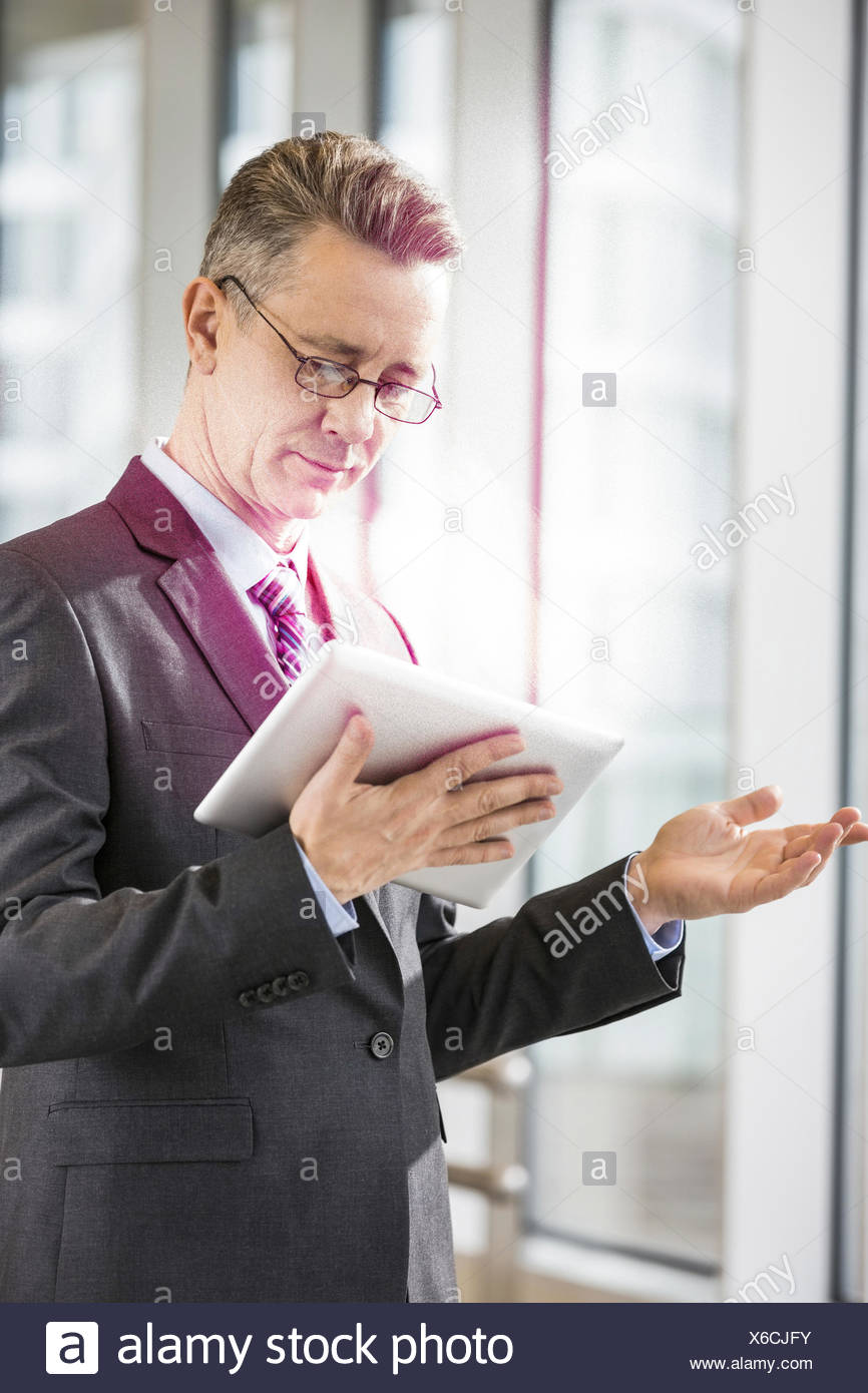 Applying Geschäftsmann mit Tablet-PC im Büro Stockbild