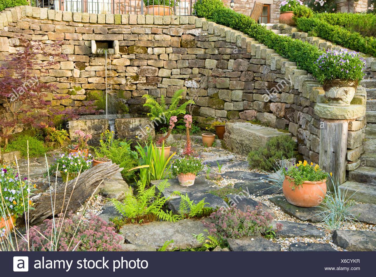 großen Steingarten oder eine Terrasse mit Farnen und Wasserspiel ...