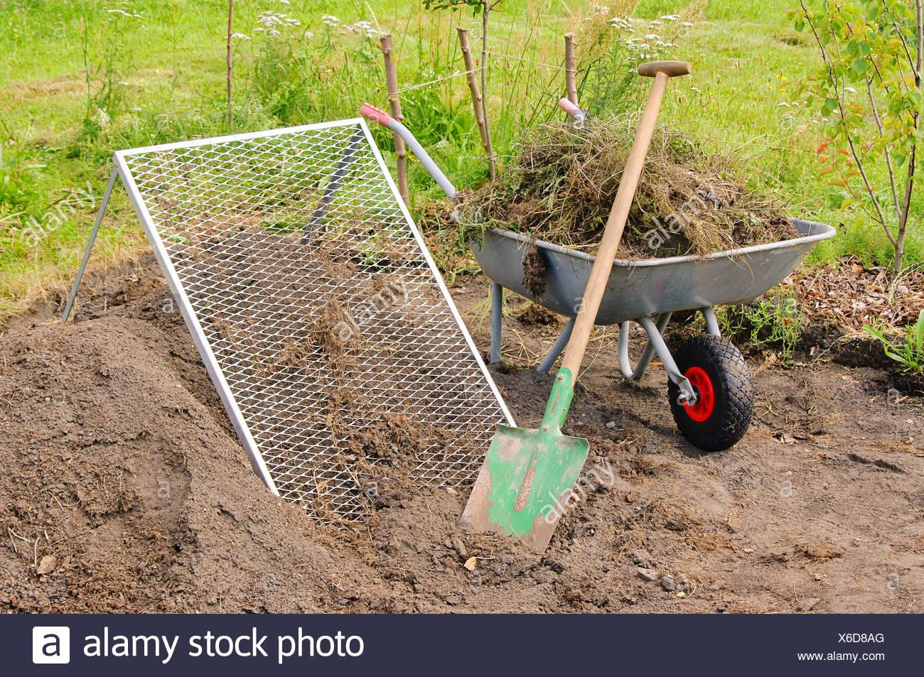 komposthaufen sieben - kompost-haufen sieb 01 stockfoto, bild