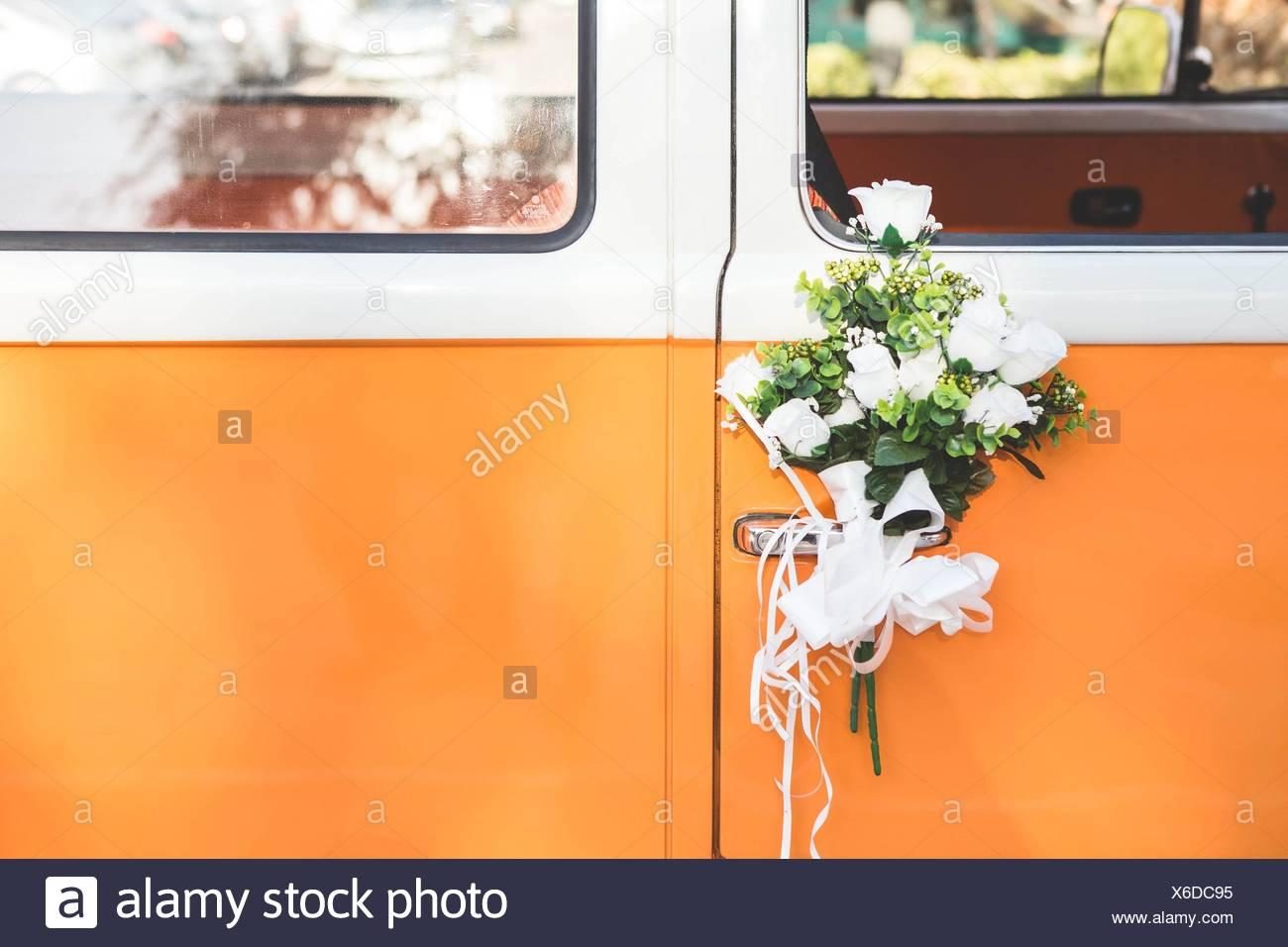 Orange Van Mit Hochzeit Blumen Stockfoto Bild 279348865 Alamy