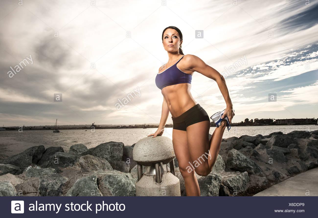 Läufer, die Dehnung auf Feldweg Stockbild