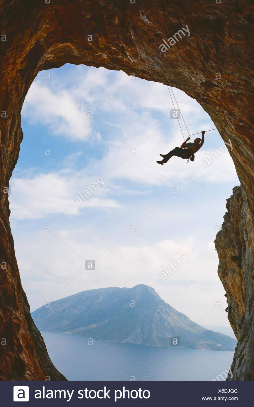 Griechenland, Dodekanes, Kalymnos, Bergsteigen hängen aus natürlichen Bogen Stockbild