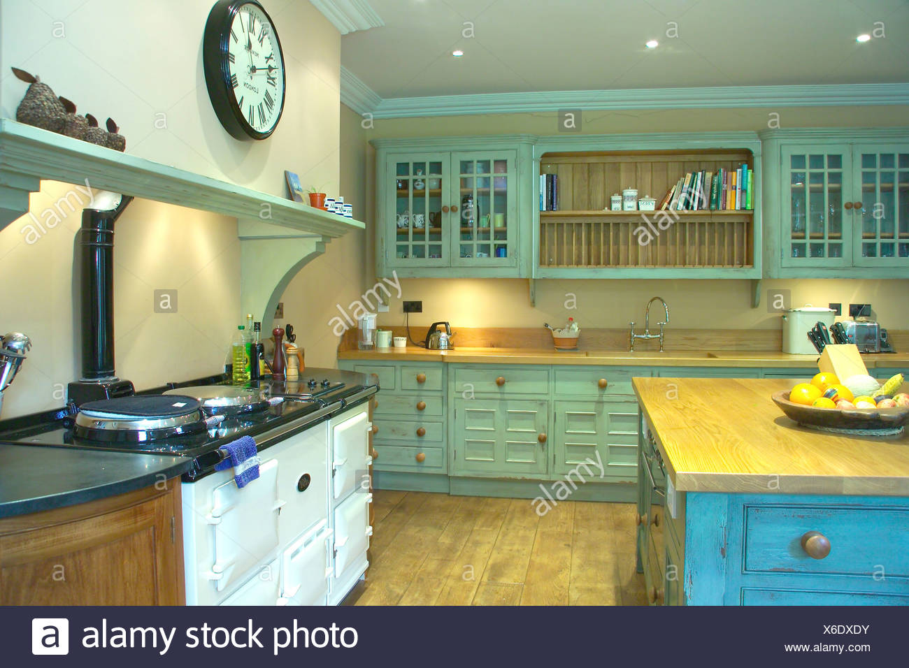 Weiße doppelte Aga in Türkis Küche mit notleidenden Farbe Effekt ...
