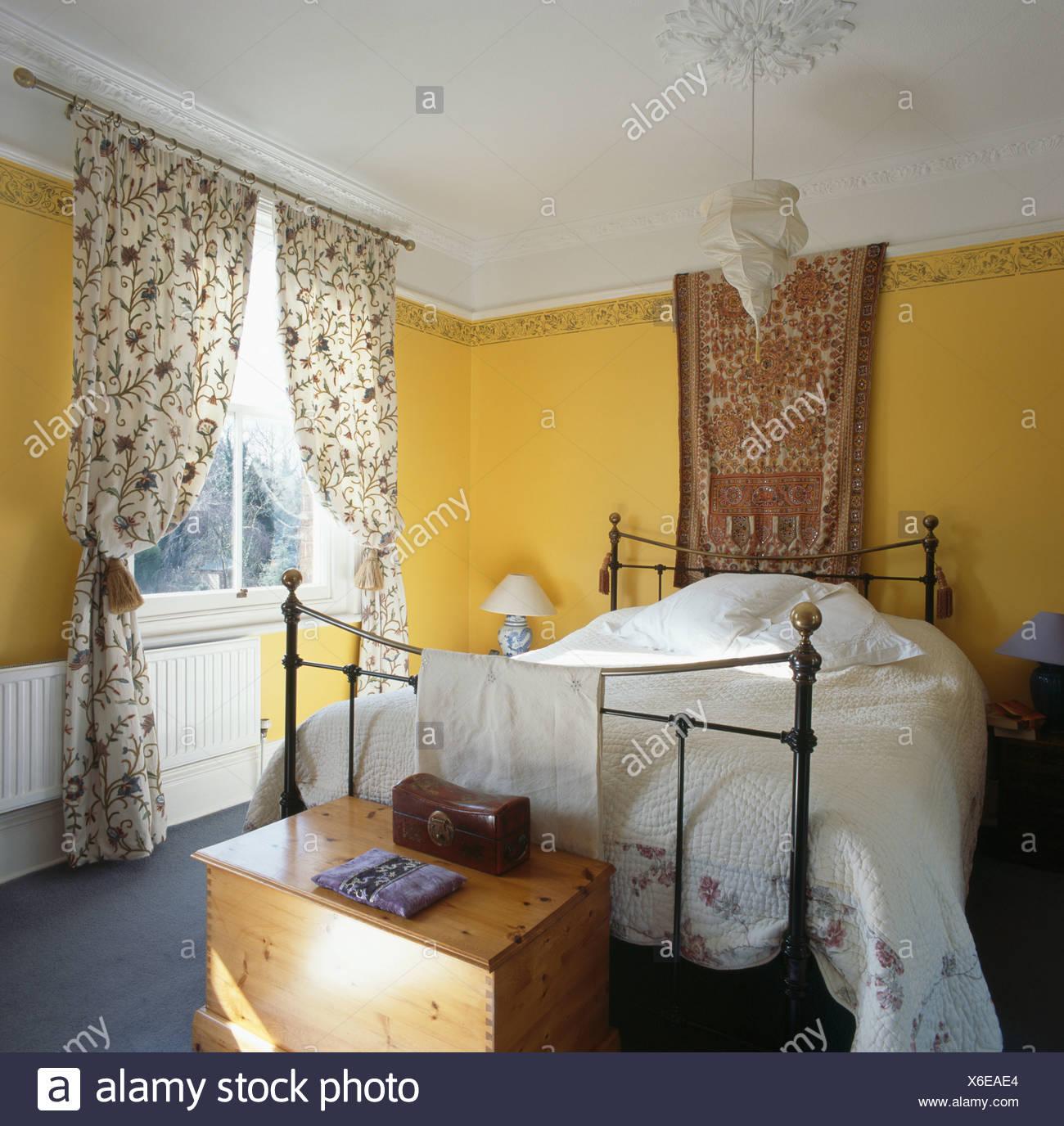 Stoff An Wand über Eisen Und Messing Bett Mit Weißen Bettdecke Im