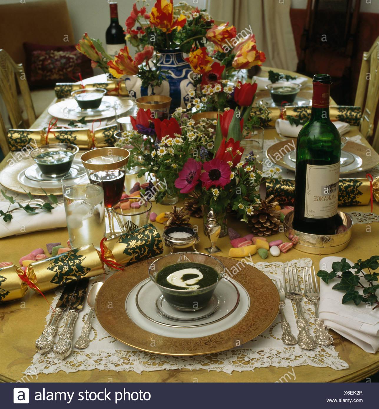 Nahaufnahme Von Gedecke Und Blumenschmuck Am Tisch Fur