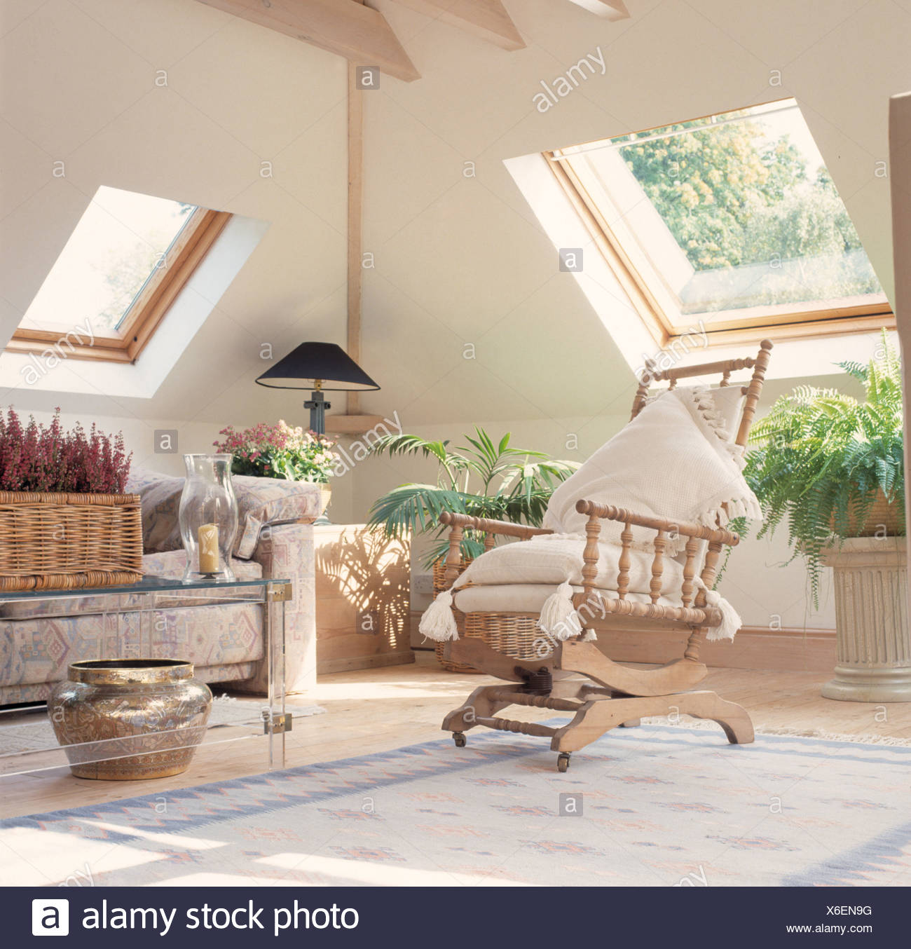 Cremefarbene Kissen Auf Schaukelstuhl Im Wohnzimmer Dachgeschoss Mit Velux  Fenstern Und Grüne Zimmerpflanzen
