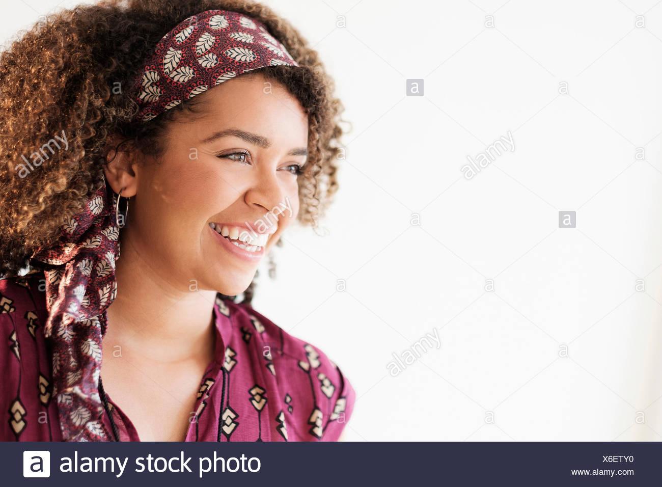 Porträt der lächelnde Frau mit lockigem Haar Stockbild