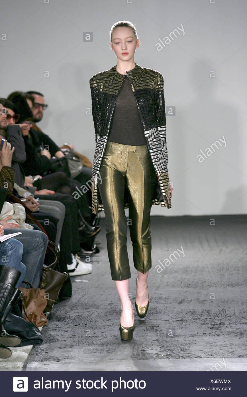 9708128d9a7 Sinha Stanic London bereit zu tragen Herbst Winter Modell Johanna Stickland  blonde Haare aus Gesicht tragen gold schwarz und Silber