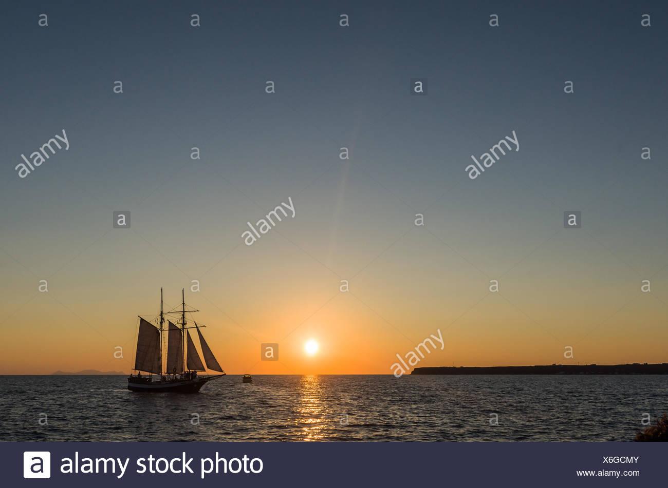 Silhouette einer Segelboot in Ägäis, Griechenland Stockbild