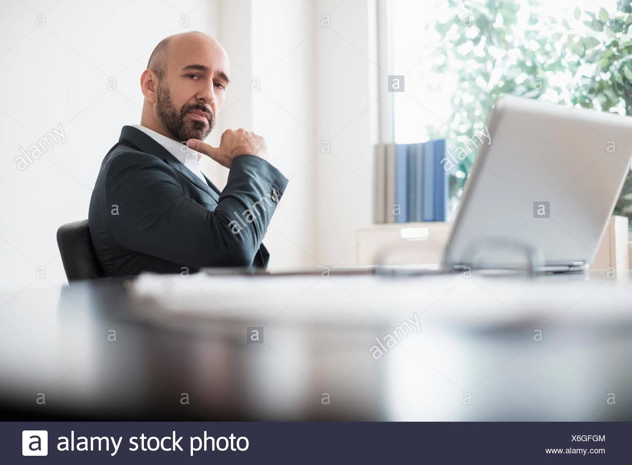 Ernst Kaufmann am Schreibtisch im Büro Stockbild