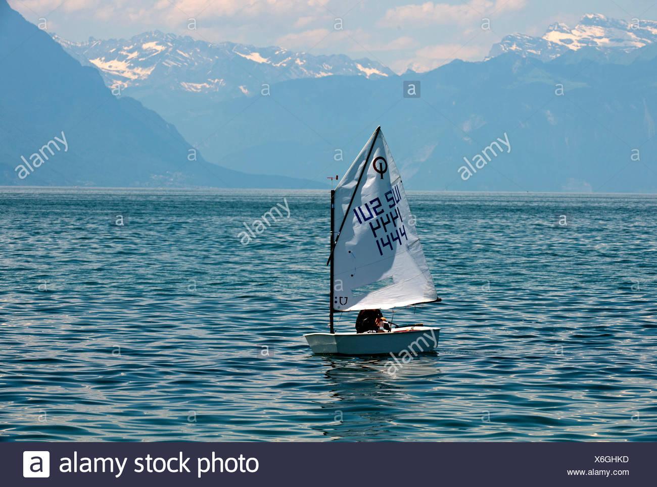 """Schlauchboot """"Optimist"""" Segeln am Genfer See in der Nähe von Morges, Waadtländer Alpen am Rücken, Alpes Vaudoises, Kanton Waadt, Schweiz, Europa Stockbild"""