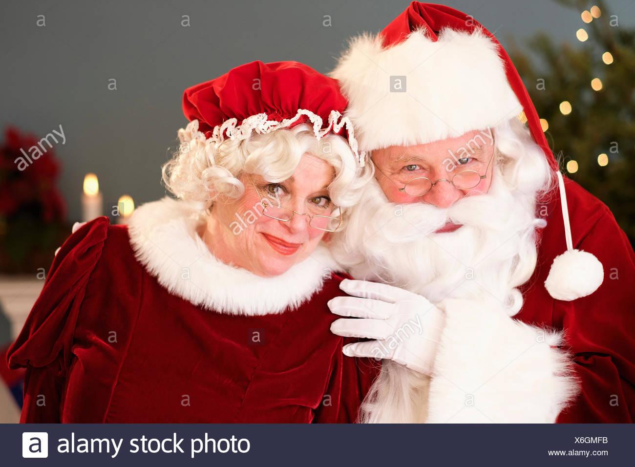 Porträt von Weihnachtsmann und Weihnachtsfrau Stockbild