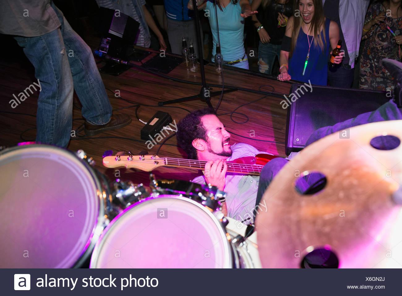 Neonbäume Schlagzeuger und Leadsänger datieren