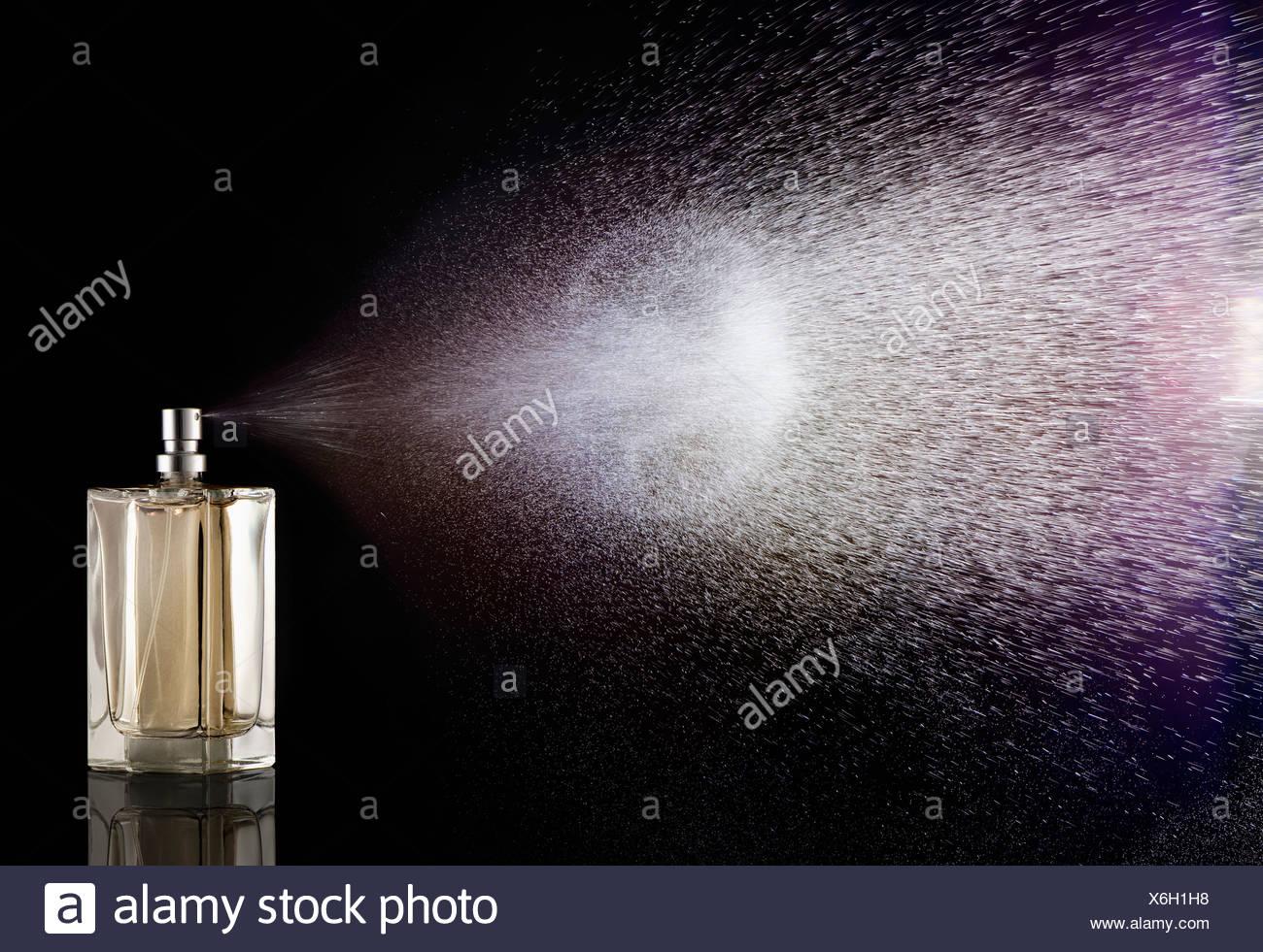 Parfüm Sprühen aus der Flasche Stockbild