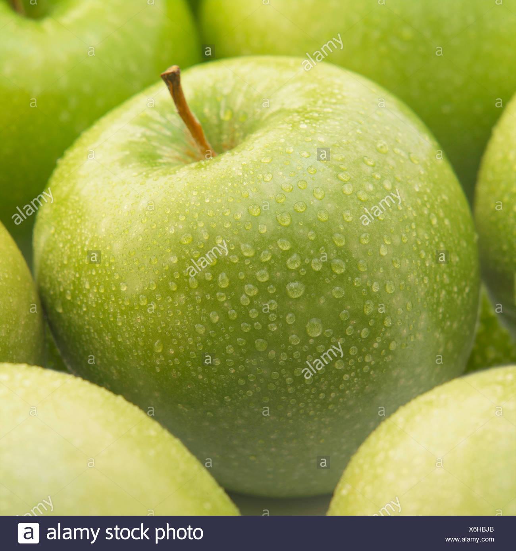 Granny Smith Äpfel mit Tröpfchen Stockbild