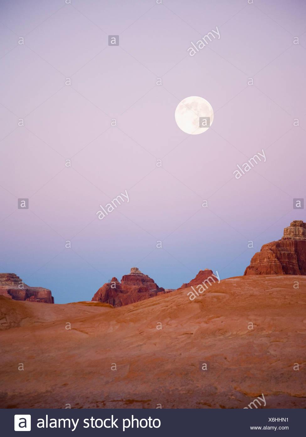 Wüstenlandschaft in der Abenddämmerung Stockbild