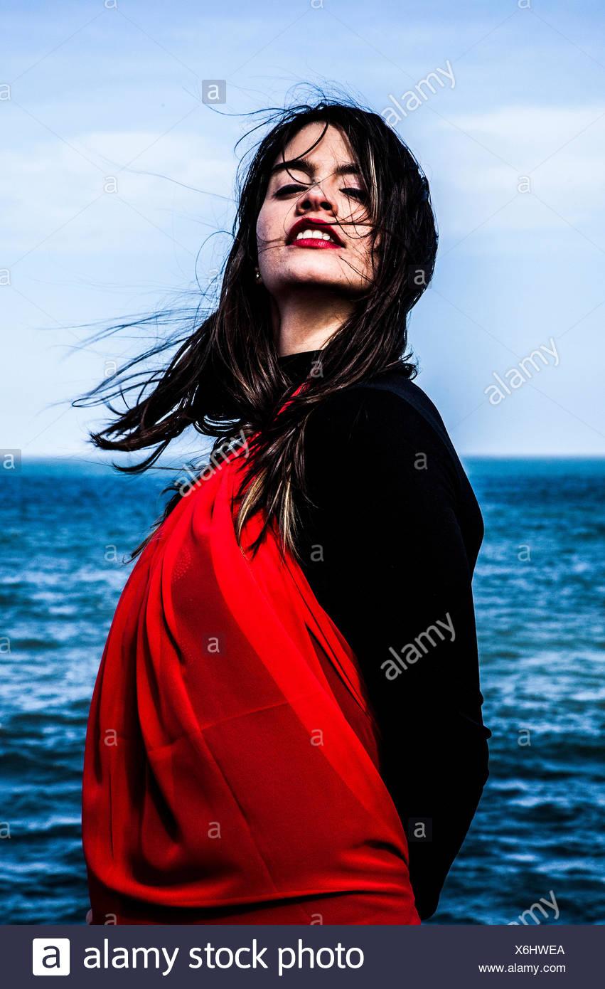 Porträt einer jungen Frau am Meer Stockbild