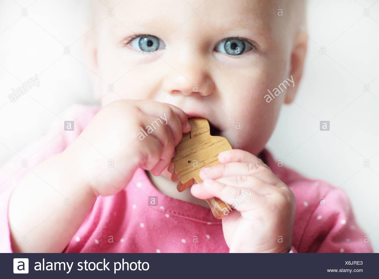 Kleinkind kauen auf Klötzchen Stockbild