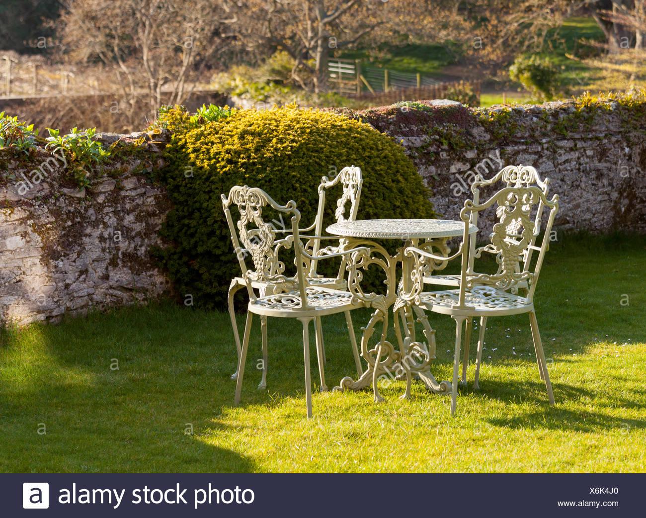 Gartentisch Und Stuhle Auf Rasen Stockfoto Bild 279474552 Alamy