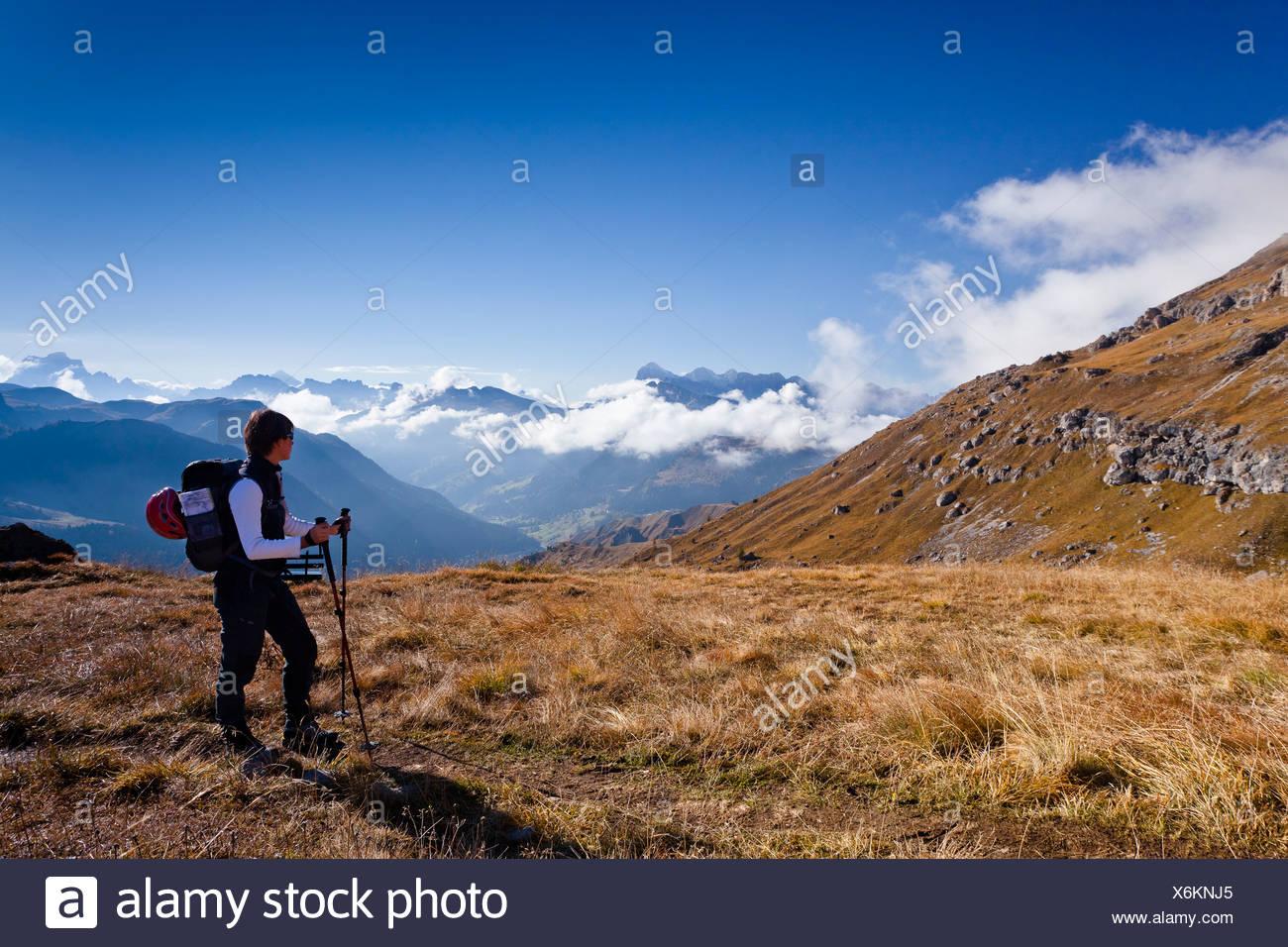 Klettersteig Piz Boe : Bergsteiger auf dem weg bis zum gipfel des piz boe berg dolomiten